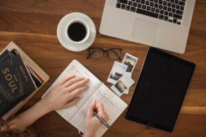 pessoa escrevendo em um caderno